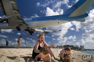 飛行機が舞い降りるスリル満点のビーチに観光客が殺到!?