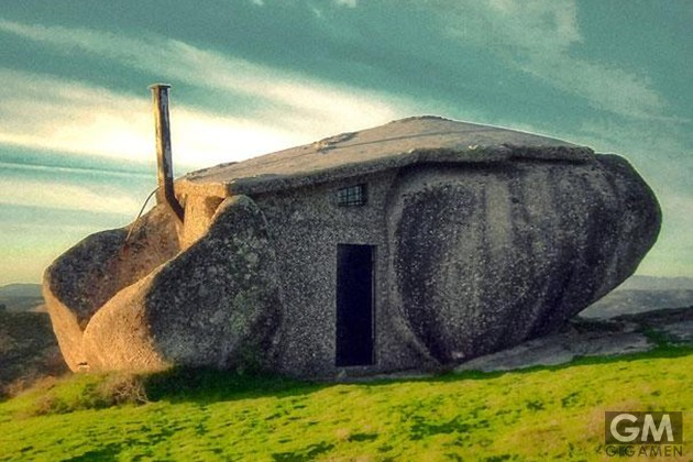 gigamen_Huge_rock_House