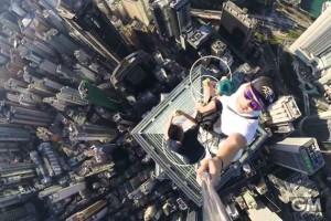 超高層ビルのてっぺんで自撮りをするとこんな具合【衝撃】
