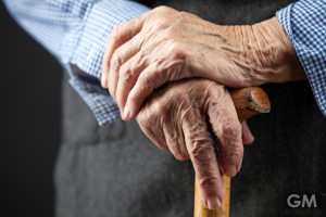 老けると耳がデカくなる?手遅れになる前に知っておきたい老化のサイン10選