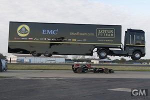 トレーラーがフルスピードのF1マシンを飛び越える!信じられない瞬間