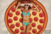 00_gigantic-pizza-beach-blanket